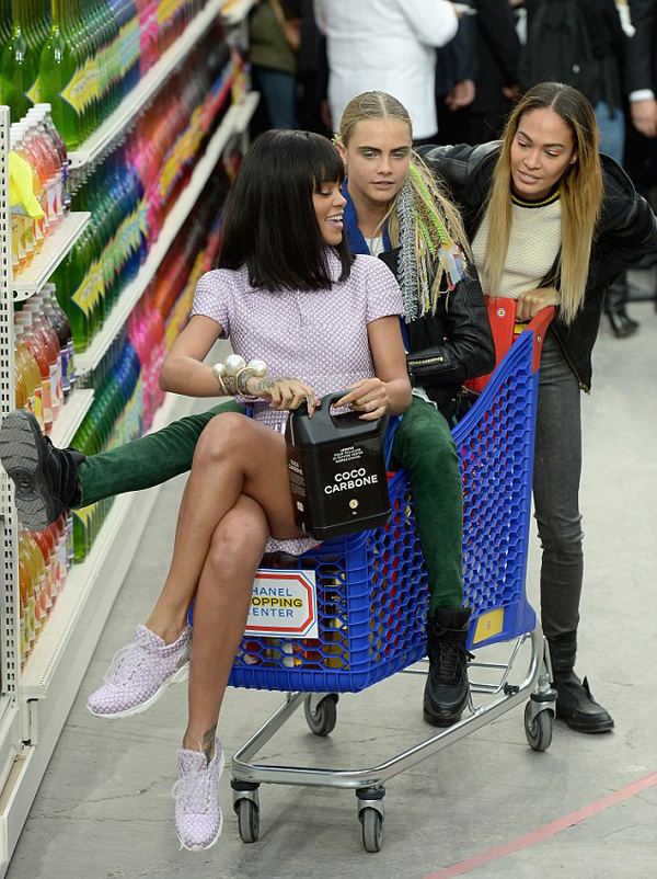rihanna-fall-2014-chanel-fashion-show-joan-small-cara-delevingne