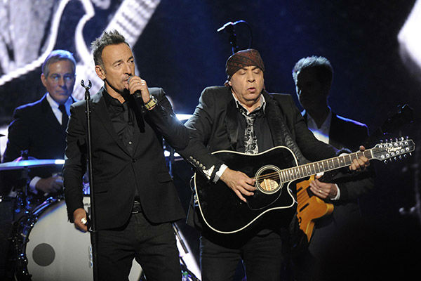 140410-galleryimg-ap-otrc-rock-and-roll-hall-of-fame-ceremony-springsteen-e-street