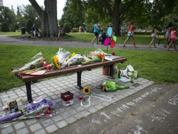 Tributes_to_Robin_Williams_bench_Boston_1407880706778_7348958_ver1.0_640_480